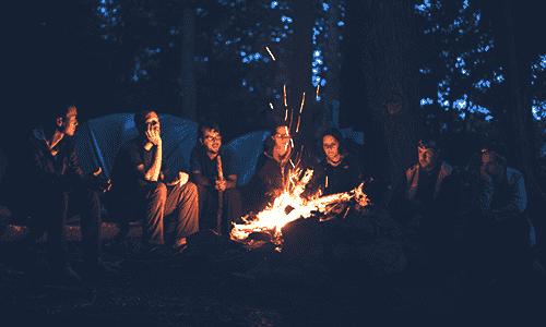 posedenie do kruhu s priateľmi pri ohni , v noci a v lese. K tomu joint, gitara a netrápi ťa nič na svete.