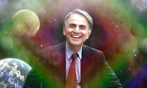 Carl Sagan na pozadí vesmíru s dúhovou žiarou