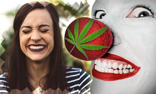 smejuca sa zena vedla klauna s cervenym nosom na ktorom je obrazok marihuanoveho listu