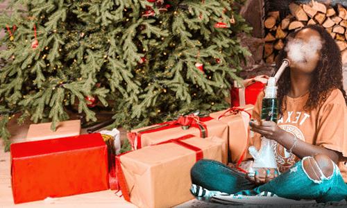 žena pod vianočným stromčekom fajčí bongo vianoce