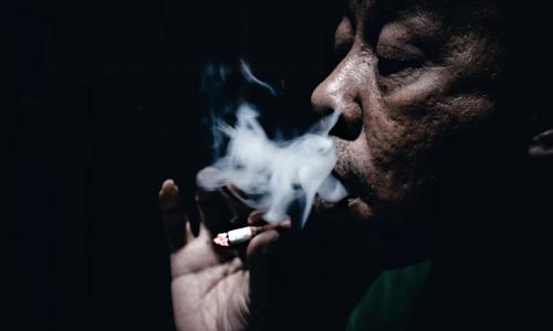 starý pán fajčí cigaretu tajomstvo