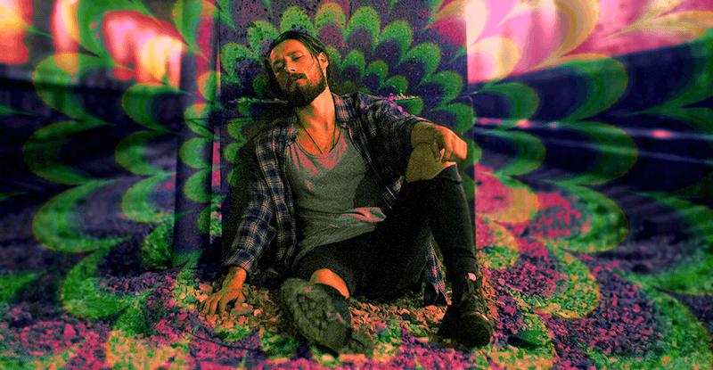 zdrogovaný muž leží na zemi a má halucinácie