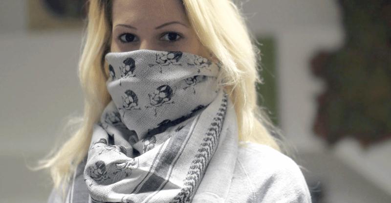 arafatka šatka na mladej žene ako módny doplnok