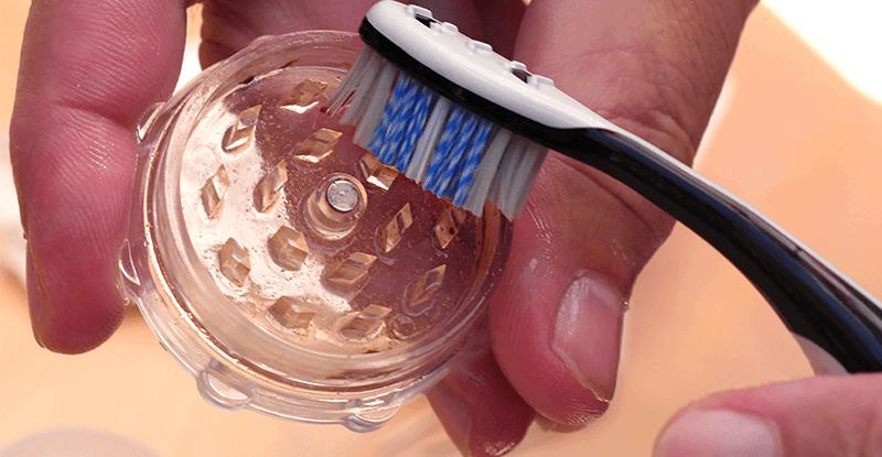 Čistenie drvičky zubnou kefkou