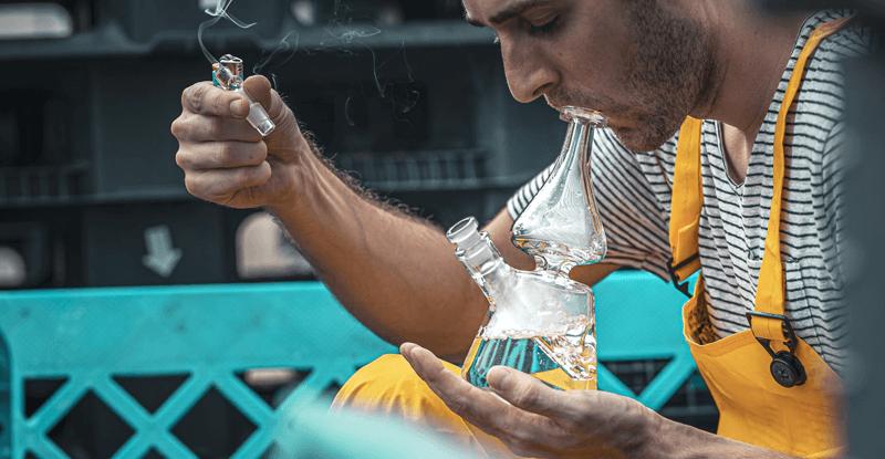 Mladý muž fajčí bongo